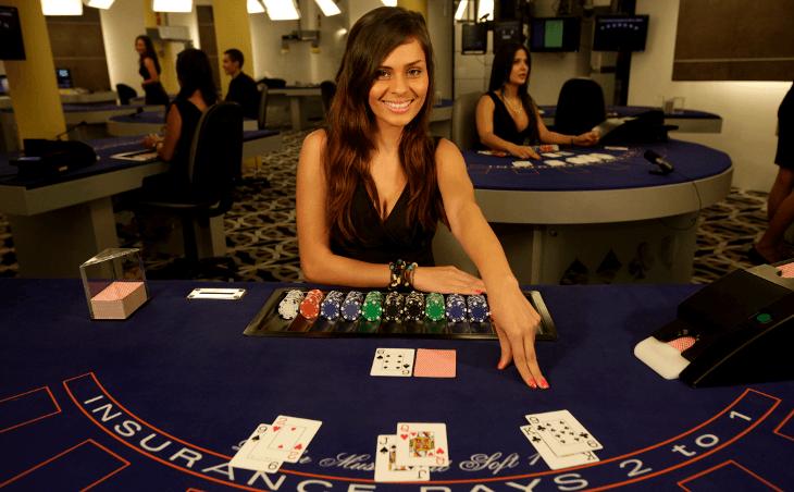 crupiê de blackjack em casino