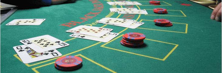 distribuiçao cartas na mesa de blackjack